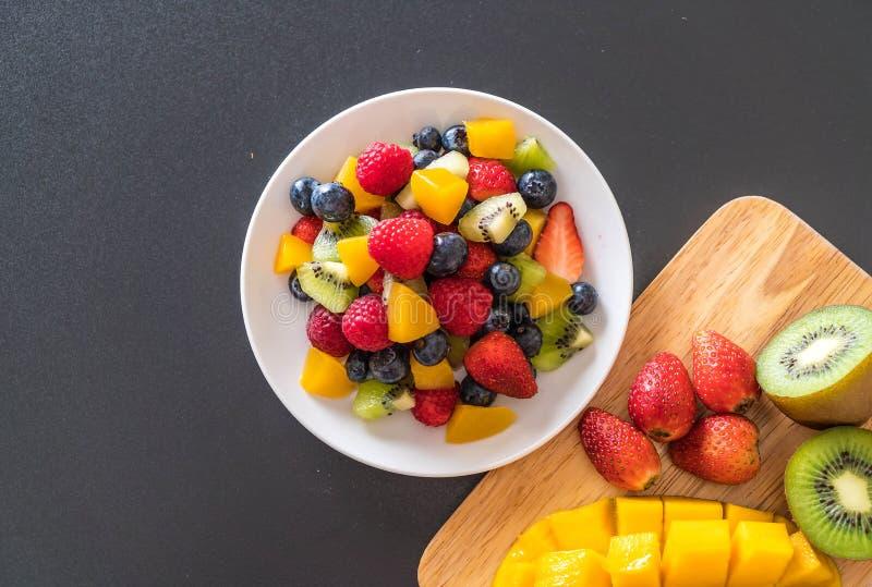 gemengde verse vruchten (aardbei, framboos, bosbes, kiwi, mang stock afbeeldingen