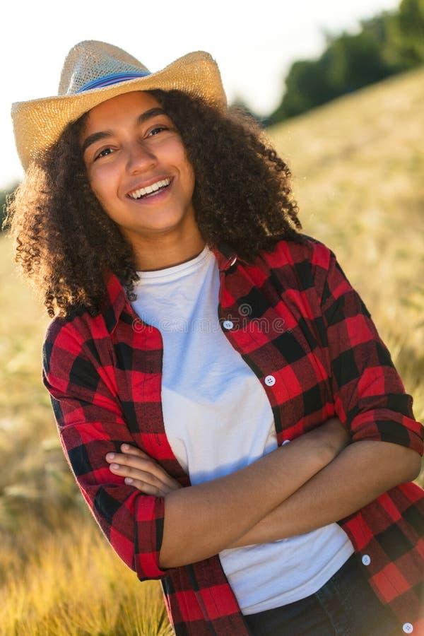 Gemengde Vrouwelijke Jonge de Vrouwencowboy Hat van het Ras Afrikaanse Amerikaanse Meisje stock afbeelding