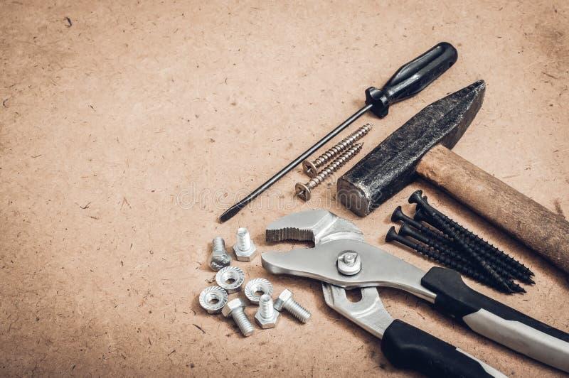 Gemensamma hjälpmedel, en hammare, en skruvmejsel, en skiftnyckel, en skiftnyckel royaltyfri fotografi
