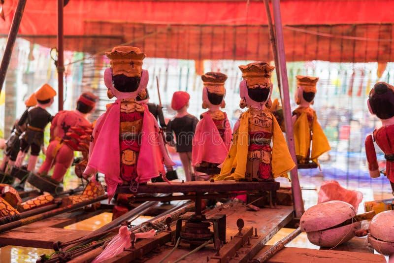 Gemensamma vietnamesiska vattendockor bak puppetrytillstånd Kontrollrummet är mörkt att dölja dockspelare och instrument arkivfoto