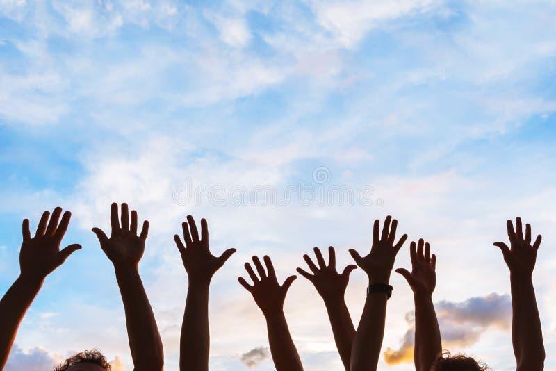 Gemenskapsinitiativ eller ställa upp som frivilligbegrepp, händer av grupp människor royaltyfri bild