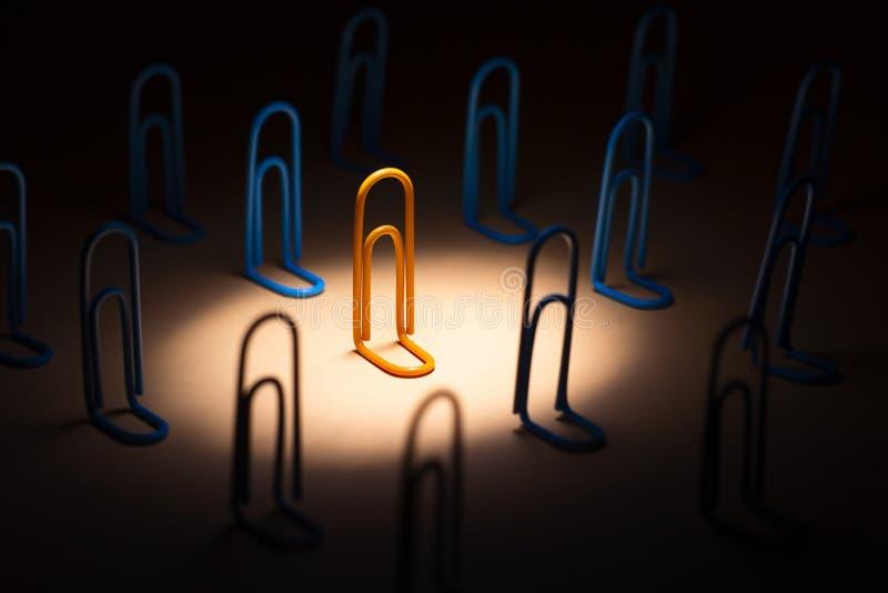Gemet som markeras av strålkastaren från över bland folkmassan, person väljer hans eller hennes livsföring och lynnet av en optim arkivfoton