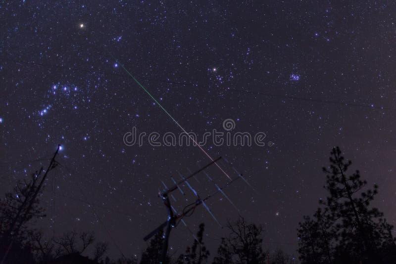 Geminid meteor nad baleronu radia satelitarną anteną zdjęcia stock