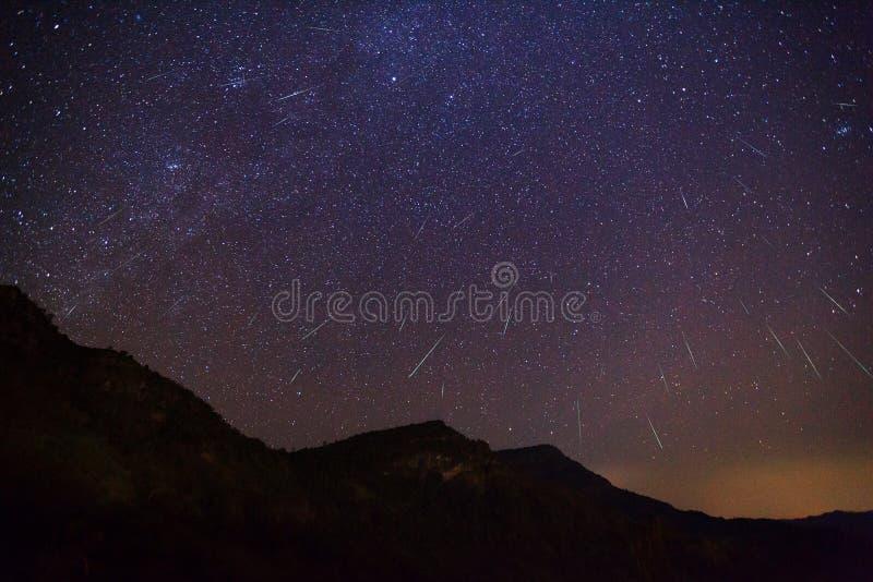 Geminid meteor w nocnym niebie fotografia royalty free