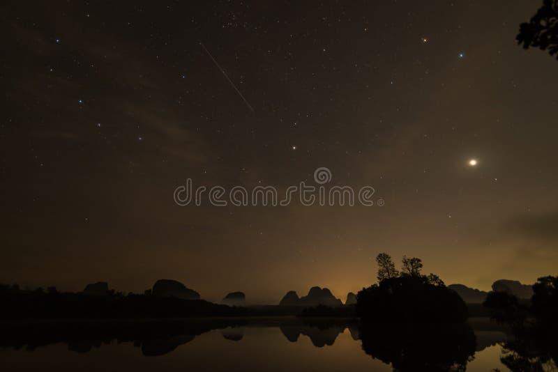 Geminids meteorów prysznic przed wschodem słońca przy Krabi Tajlandia obraz royalty free