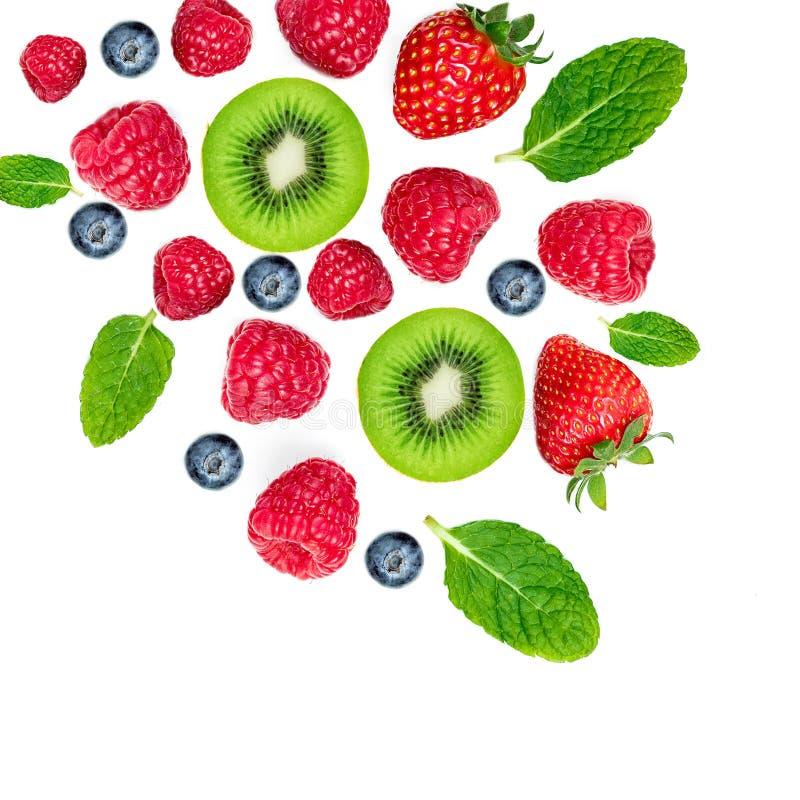 Gemischte Beeren lokalisiert auf weißem Hintergrund, Draufsicht Erdbeere, Himbeere, Kiwis, Blaubeeren und tadelloses Blatt, flach stockfotos