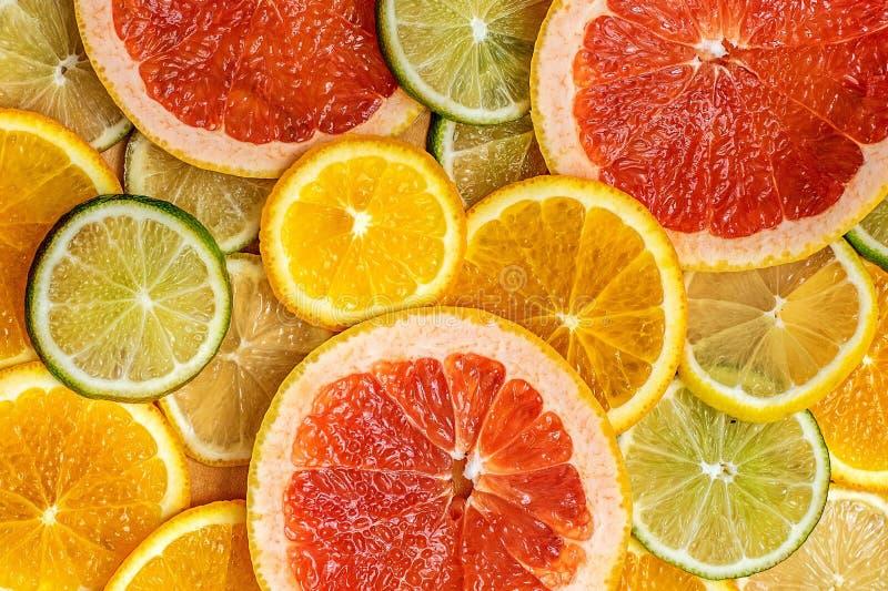 Gemischte frische ScheibenZitrusfrucht als Hintergrund Beschneidungspfad eingeschlossen stockbild