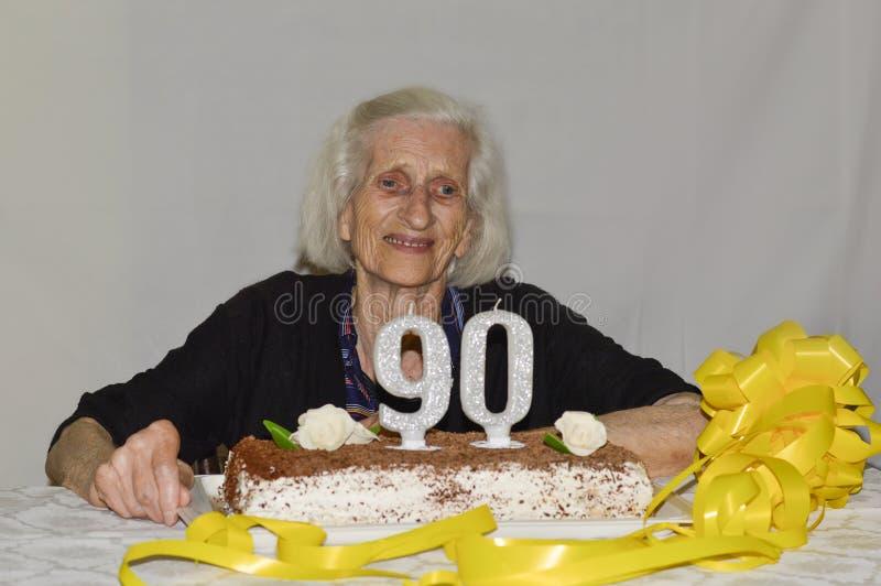 Gemischte Gefühle einer alten Dame, die ihren 90. Geburtstag feiert lizenzfreies stockbild