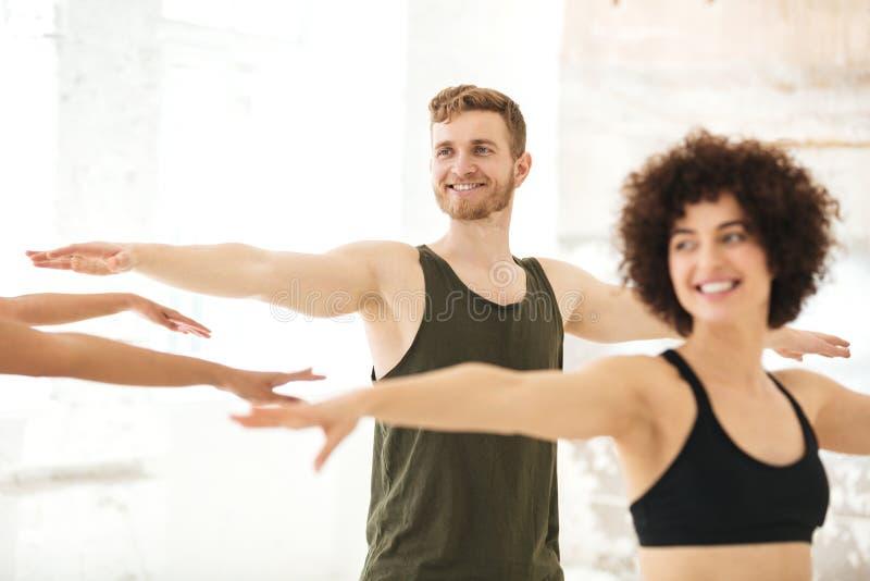 Gemischte Gruppe Eignungsleute, die Übungen tun lizenzfreies stockbild