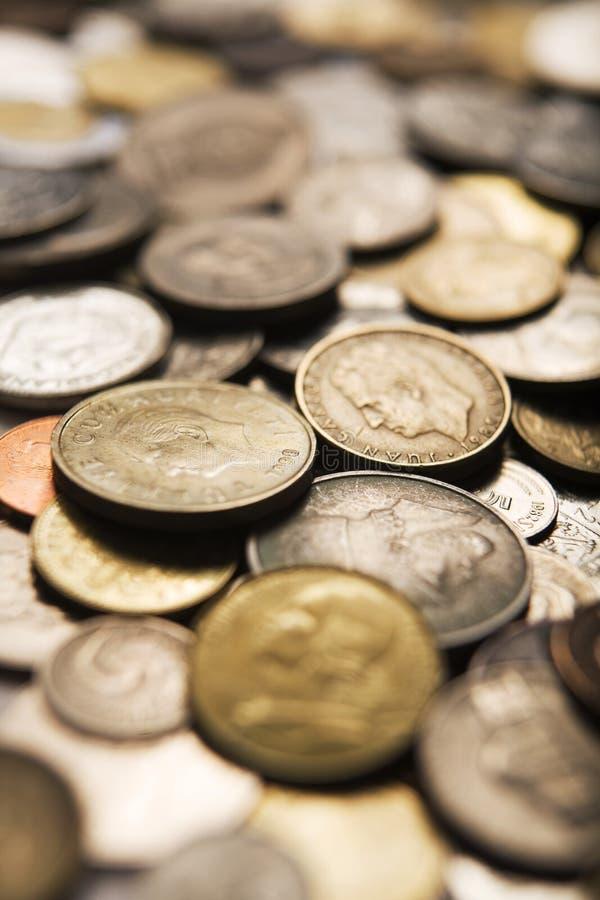 Gemischte internationale Münzen stockfoto