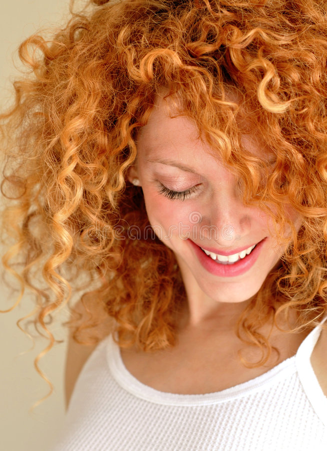 Gemischte junge Frau mit dem lockigen Haar lizenzfreies stockfoto