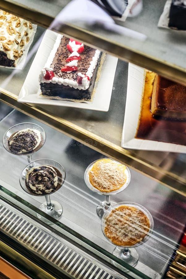 Gemischte portugiesische traditionelle Kuchen und Süßspeisen in den Cafédi stockfoto