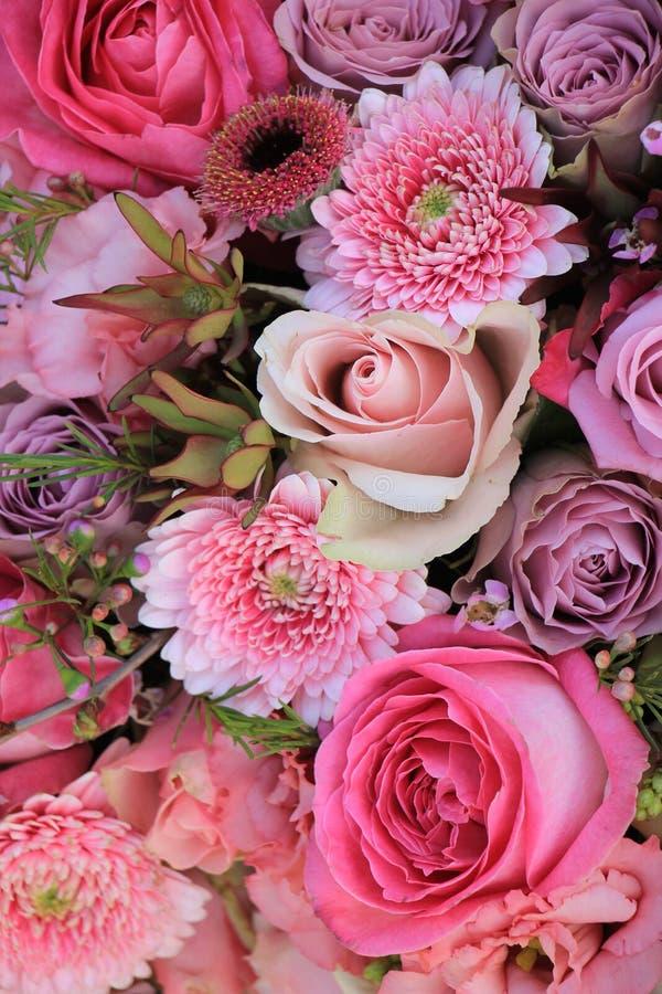 Download Gemischte Rosa Hochzeitsblumen Stockfoto - Bild von blumen, stieg: 90231882