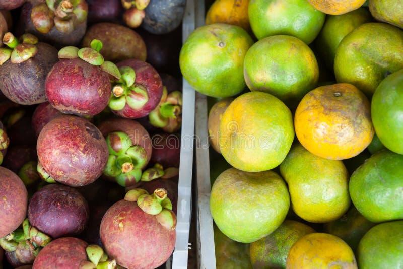 Gemischte tropische Früchte auf lokalem asiatischem Markt in Thailand im halb-halb Anteil lizenzfreie stockbilder