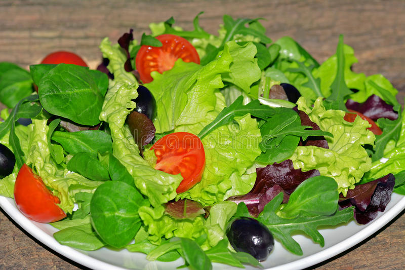 Gemischter grüner Salat mit Tomaten und Oliven stockfotos