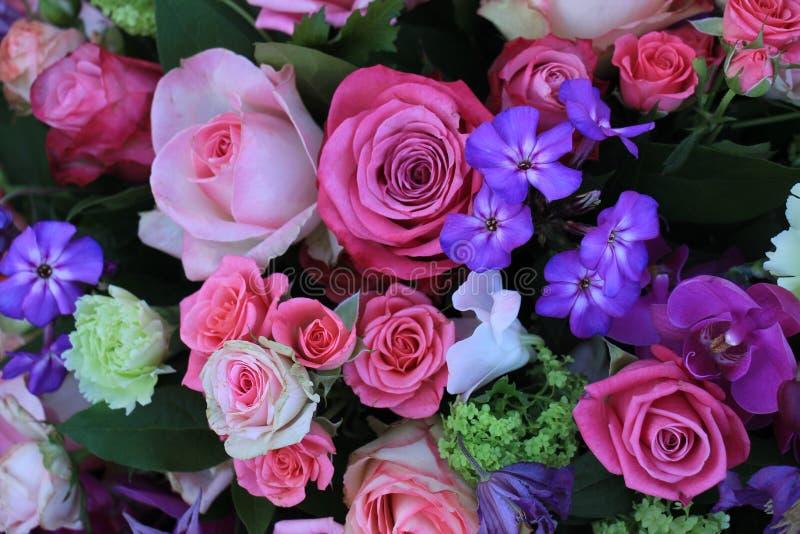 Gemischter purpurroter rosa Blumenstrauß stockbild