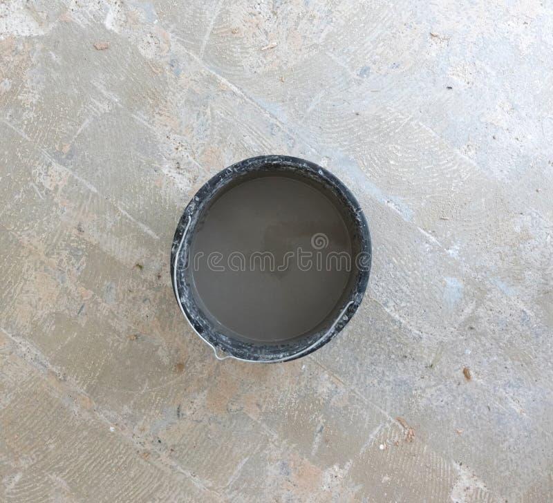 Gemischtes graues konkretes und Haupt im Eimer stockbilder