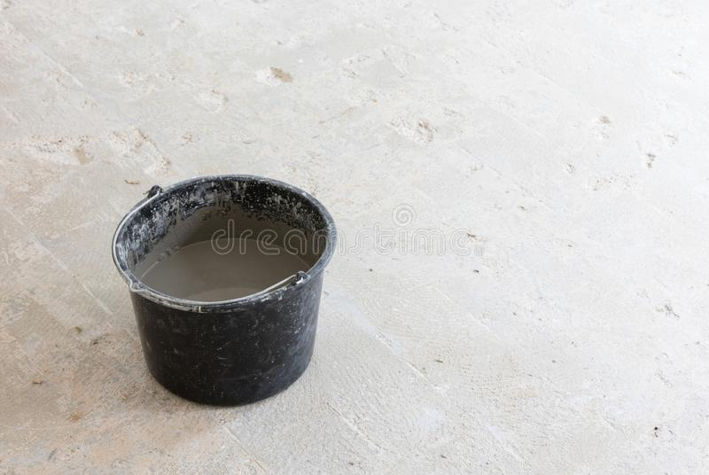 Gemischtes graues konkretes und Haupt im Eimer stockfoto