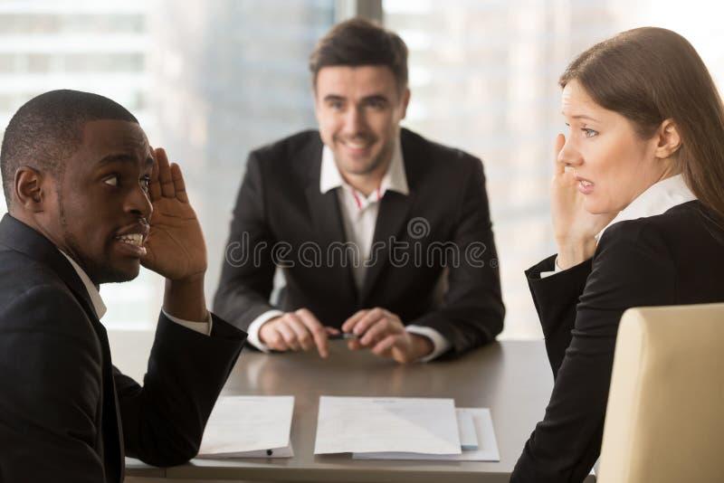 Gemischtrassige Arbeitgeber, welche die Gesichter, Bewerber besprechend, Ba verstecken lizenzfreie stockbilder