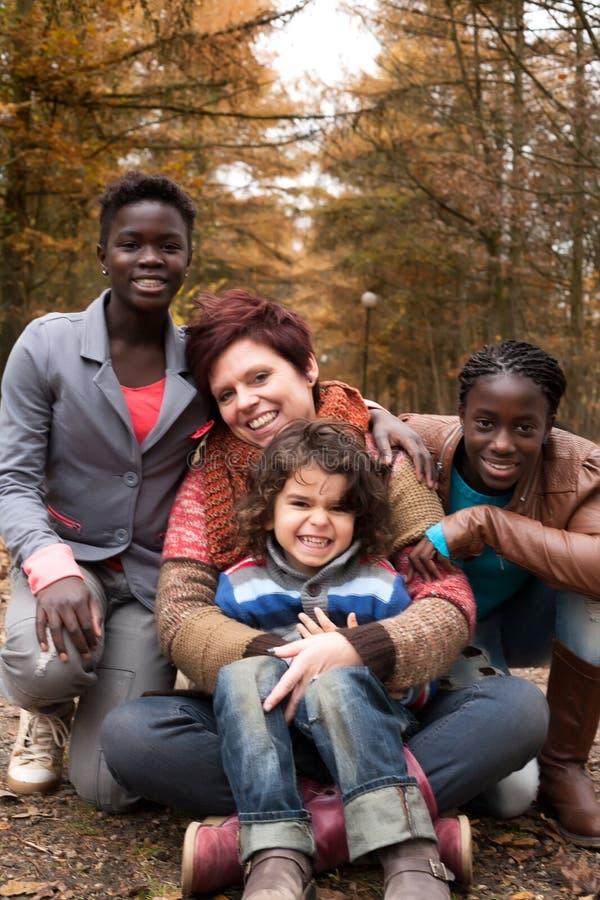Gemischtrassige Familie im Herbst lizenzfreies stockfoto
