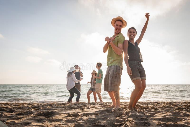 Gemischtrassige Freunde am Strand lizenzfreies stockbild