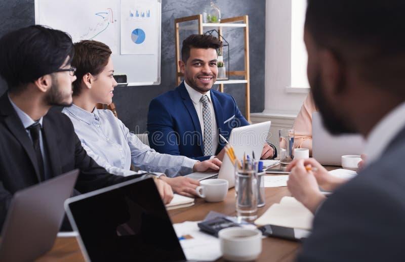 Gemischtrassige Geschäftsleute, die Projekt bei der Sitzung besprechen lizenzfreie stockfotos