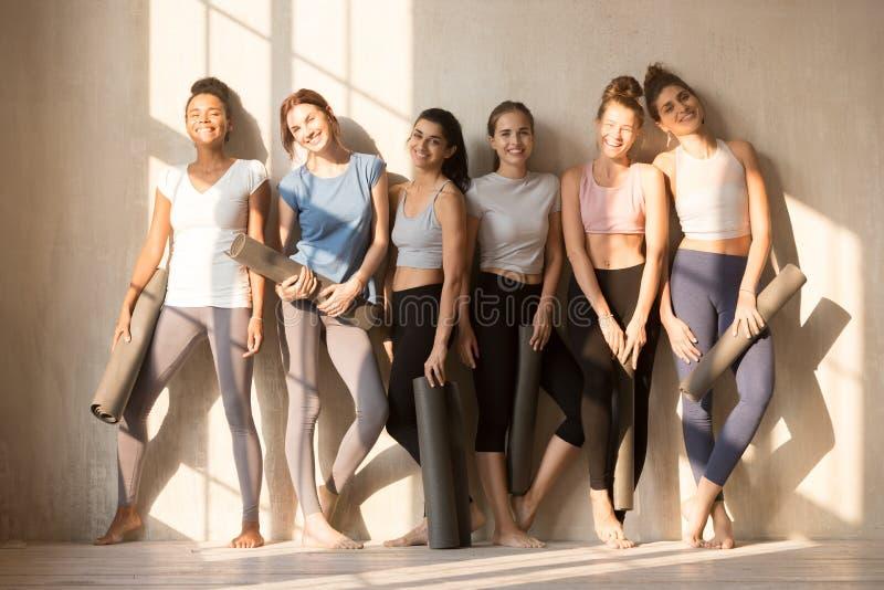 Gemischtrassige getonte Frauen, die auf Yogalektion warten lizenzfreie stockfotografie
