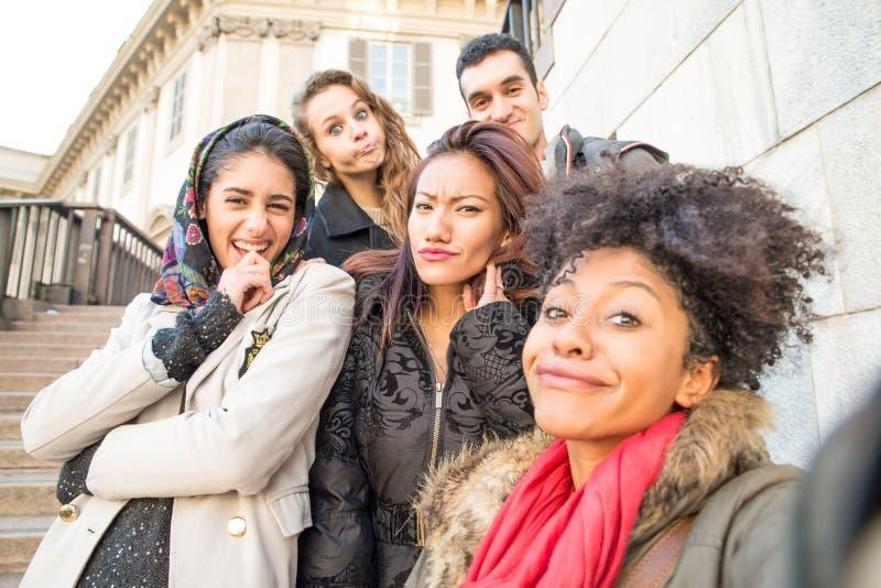 Gemischtrassige Gruppe Freunde, die selfie nehmen stockbilder