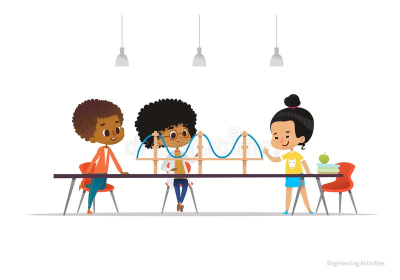 Gemischtrassige Kinder, die um Tabelle mit Hängebrückemodell auf ihm stehen und sitzen Konzept von Techniktätigkeiten lizenzfreie abbildung