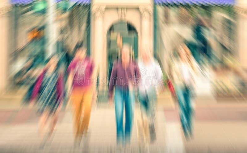 Gemischtrassige Leute, welche die Straße in Beverly Hills kreuzen stockfoto
