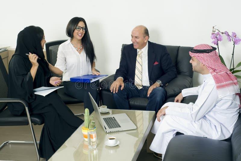 Gemischtrassiges Geschäftstreffen im Büro, arabische Geschäftsleute, die Ausländer im Büro treffen lizenzfreies stockbild