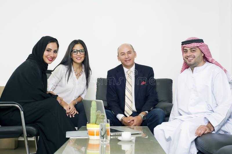Gemischtrassiges Geschäftstreffen im Büro, arabische Geschäftsleute, die Ausländer im Büro treffen stockfotografie