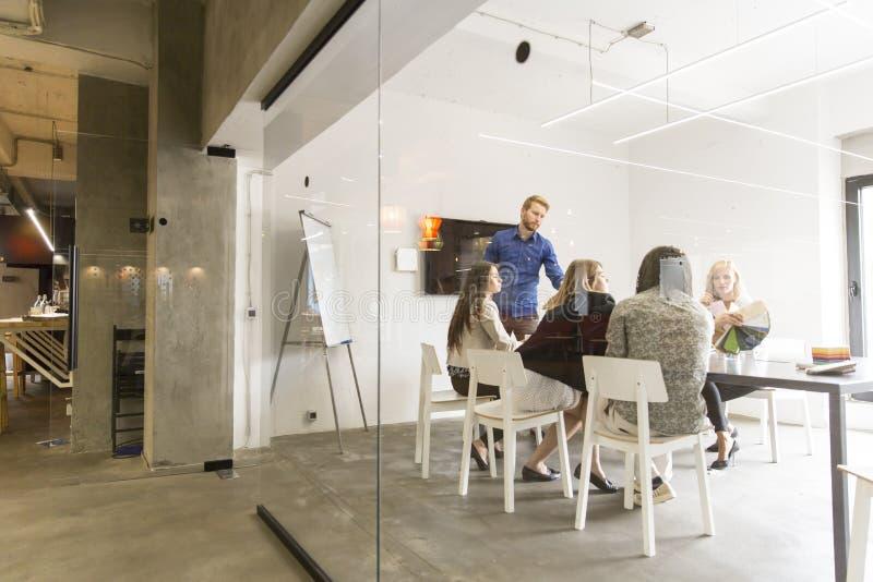 Gemischtrassiges modernes Geschäftsteam, welches das Firma-` s strate entwickelt lizenzfreie stockbilder