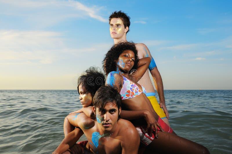 Gemischtrassiges Team auf dem Strand stockbild