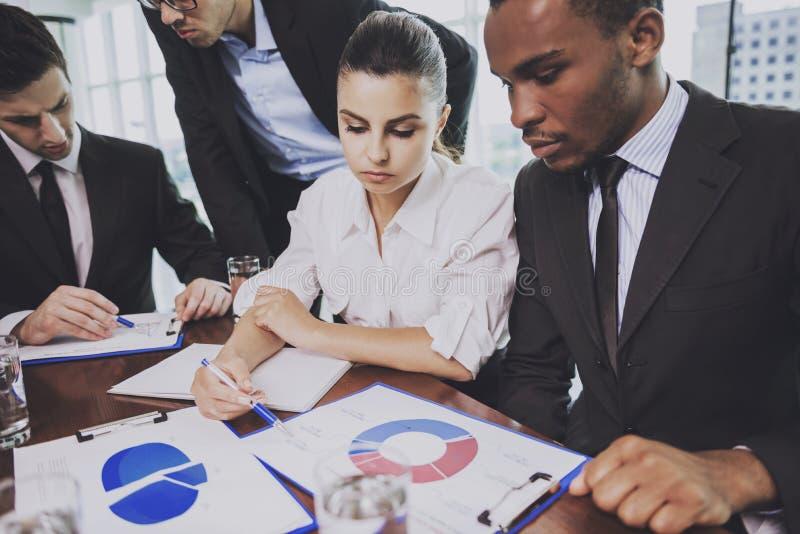 Gemischtrassiges Team von Geschäftsleuten im Büro stockfoto