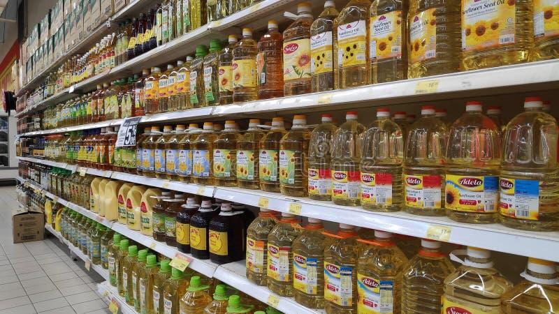 Gemischtwarenladenregale mit Flaschen Speiseölen in einem Markt in Johor Bahru, Malaysia lizenzfreie stockbilder
