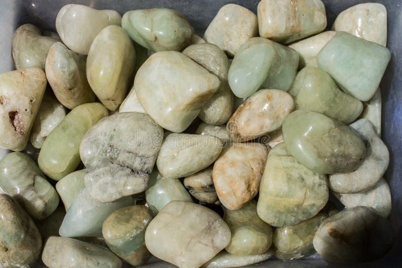 gemma dell'acquamarina (berillo blu) come roccia minerale fotografie stock
