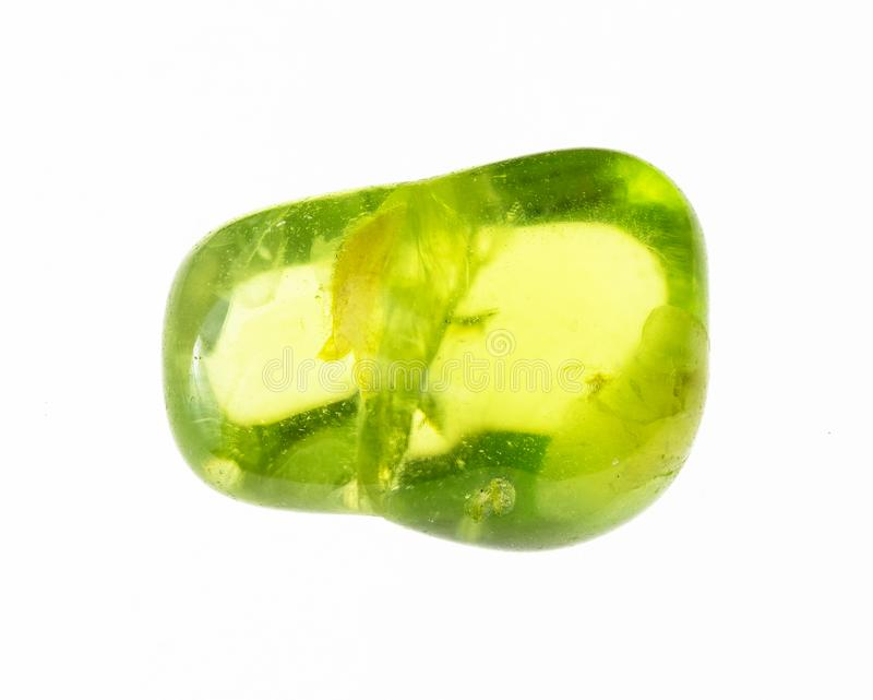 gemma lucidata dell'olivina (peridot) su bianco fotografie stock libere da diritti