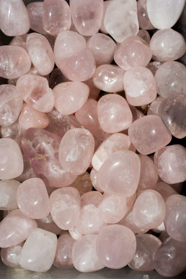 gemma ruzzolata di Rose Quartz come roccia minerale immagine stock