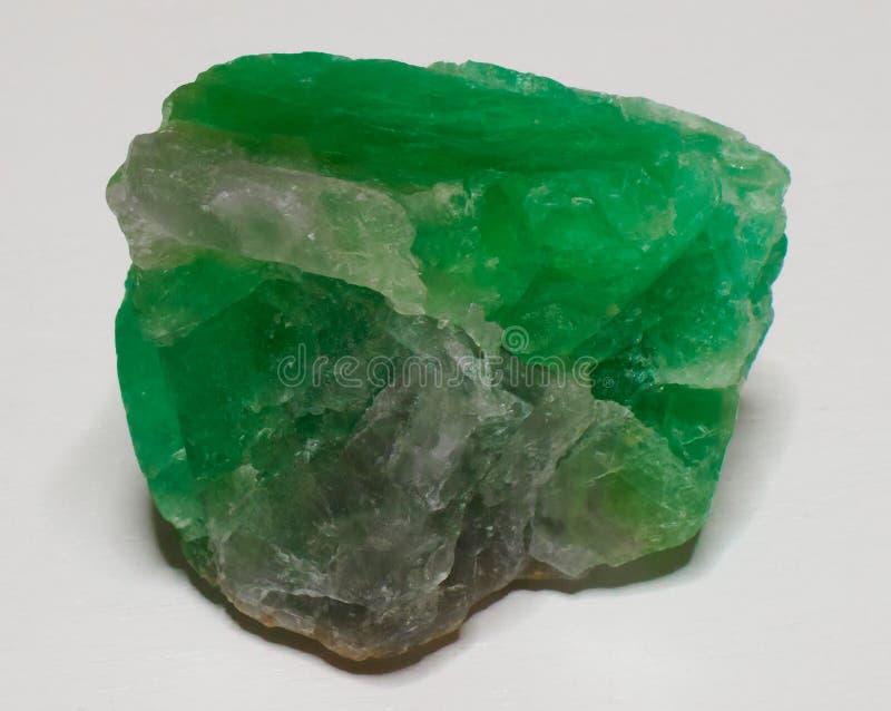 Gemma verde di cristallo di pietra minerale della fluorite su fondo bianco fotografia stock