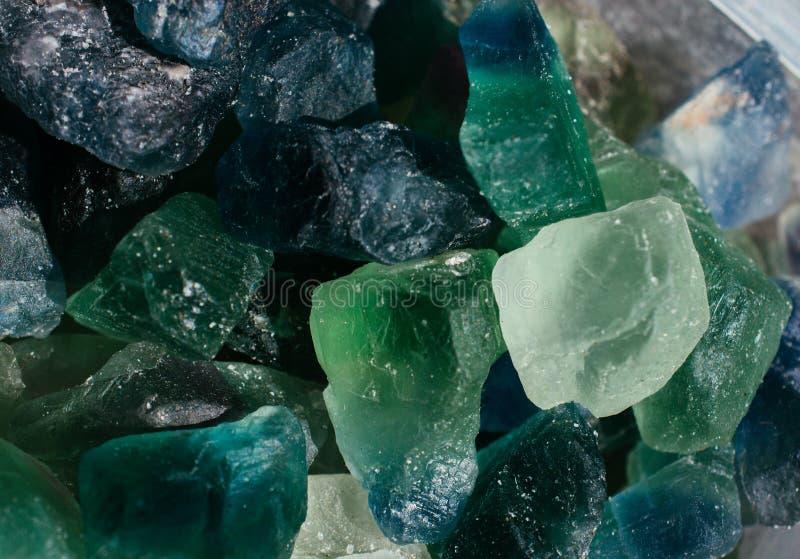 Gemme e minerali ruvidi di fissaggio a umido della fluorite immagine stock