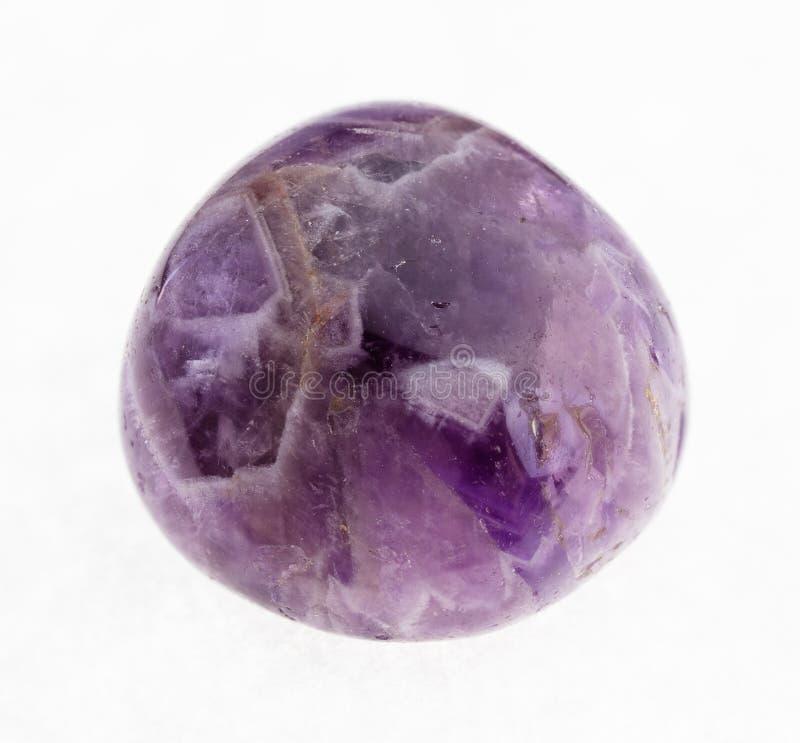 gemme polie d'améthyste (quartz pourpre) sur le blanc photo libre de droits
