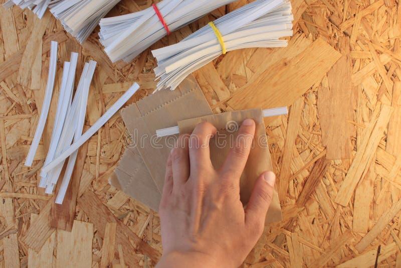 Gemmusikband f?r pappers- p?sar som f?rpackar, hur man st?nger den kraft pappersp?sen en steg-f?r-steg fotoupps?ttning arkivbilder