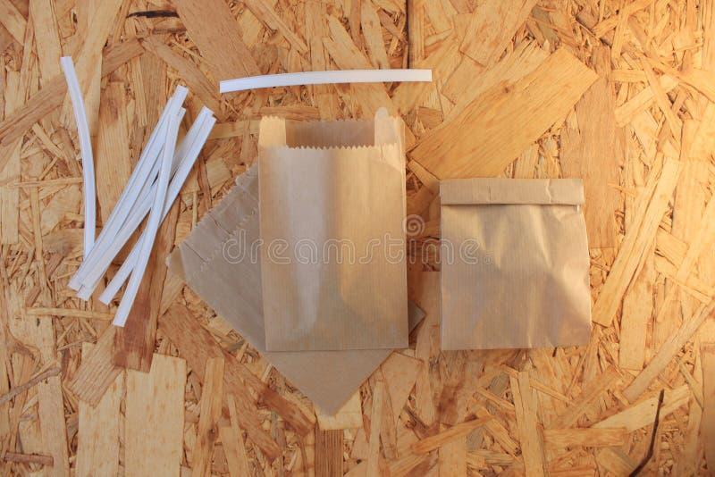 Gemmusikband f?r pappers- p?sar som f?rpackar, hur man st?nger den kraft pappersp?sen en steg-f?r-steg fotoupps?ttning arkivfoto