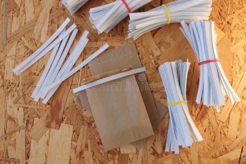 Gemmusikband f?r pappers- p?sar som f?rpackar, hur man st?nger den kraft pappersp?sen en steg-f?r-steg fotoupps?ttning royaltyfri foto