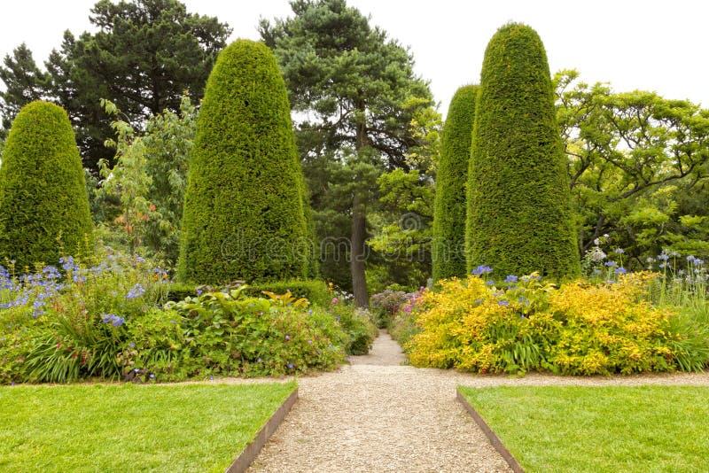 Gemodelleerde Engelse de zomertuin met een steenweg royalty-vrije stock afbeeldingen
