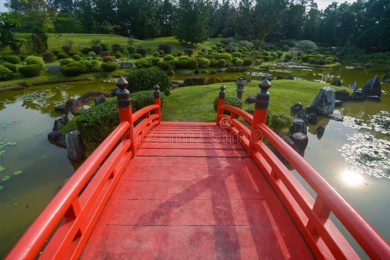 Gemodelleerde gronden en traditionele rode brug bij de Japanse Tuin in Singapore stock foto's