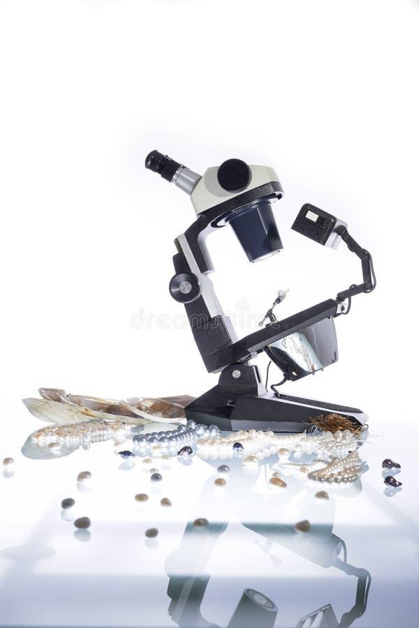 Gemologist och mikroskop royaltyfri foto