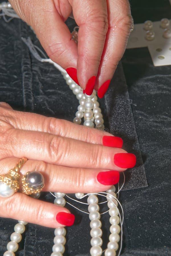 Gemologisten bedömer kvalitet av pärlor arkivbilder