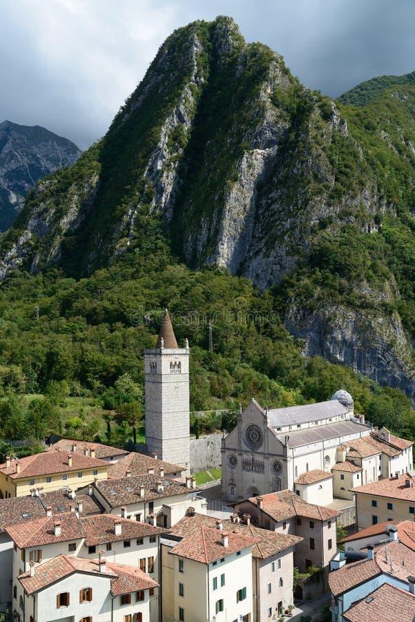 Gemona del Friuli sikt med domkyrkan Italien royaltyfria foton